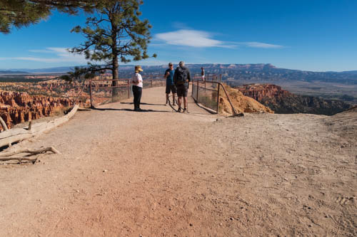 People talking at Inspiration Point in Bryce Canyon